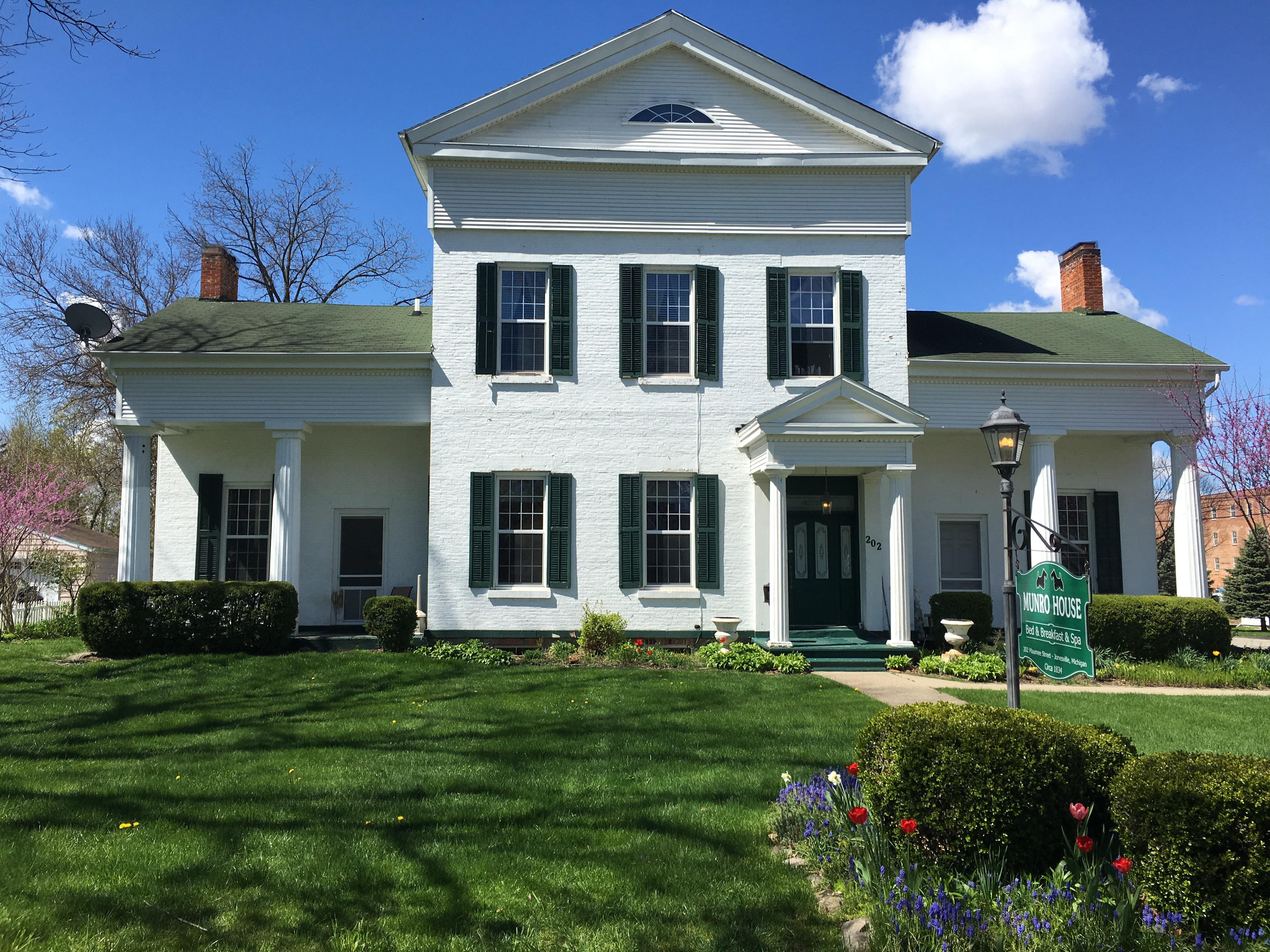 Munro House. Greek Revival style bed and breakfast in Jonesville Michigan